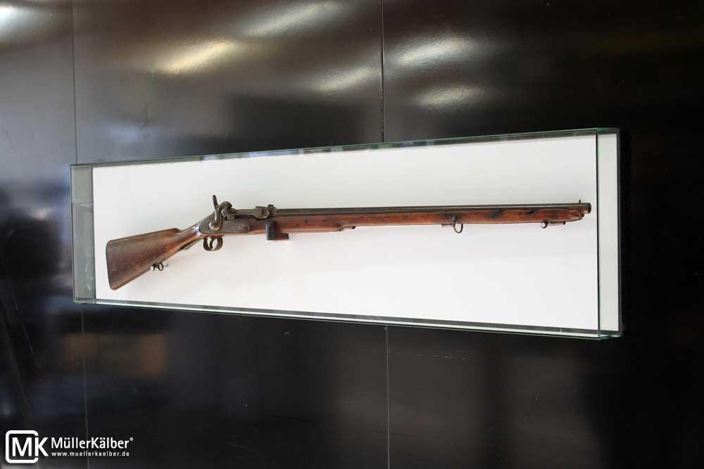MK Q 140x35 Wandvitrine 1.0, Vitrine für Gewehr