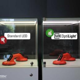 Mk OptiLight 02, Standard LED-Beleuchtung im Vergleich in Schmuckvitrine. MK OptiLight gibt die Farben besser wieder